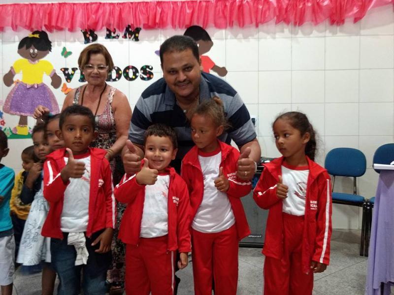 Prefeitura municipal de Ibicoara faz distribuição de fardas para maternal, jardim I e Jardim II
