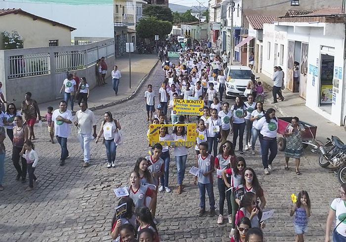 Caminhada em alusão ao Dia Nacional de Combate ao Abuso e Exploração Sexual de Crianças e Adolescentes foi realizada em Ituaçu; veja o vídeo
