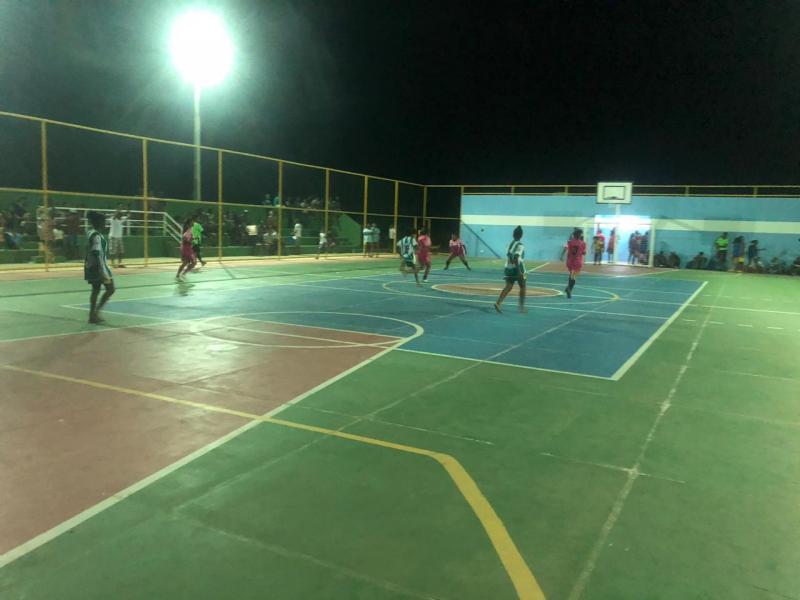 Prefeitura de Itaetê inaugura quadra esportiva em Bandeira de Melo