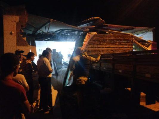 Barra da Estiva: Caminhão perde o controle e invade comércio deixando prejuízo