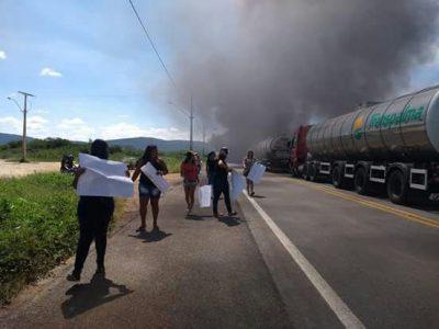 Ibitiara: Manifestantes fecham BR em protesto ao fechamento do Hospital Padre Aldo