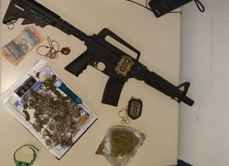 Simulacro de fuzil e drogas são apreendidos pela Polícia Civil