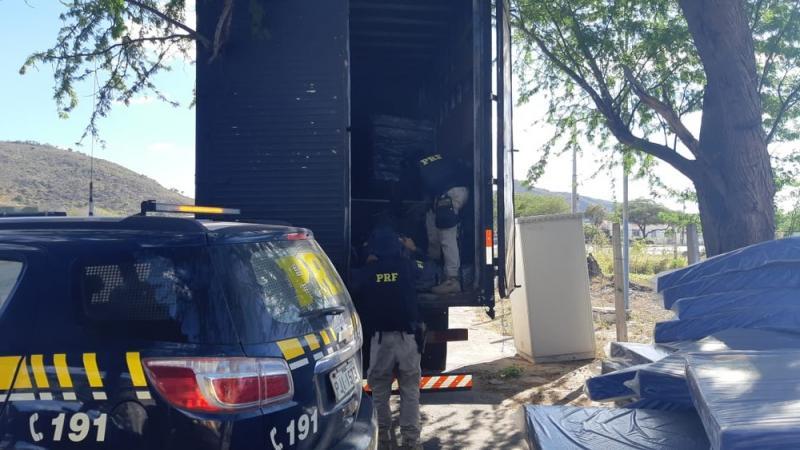 Casal é preso com mais de uma tonelada de maconha escondida em carga de colchões na Bahia