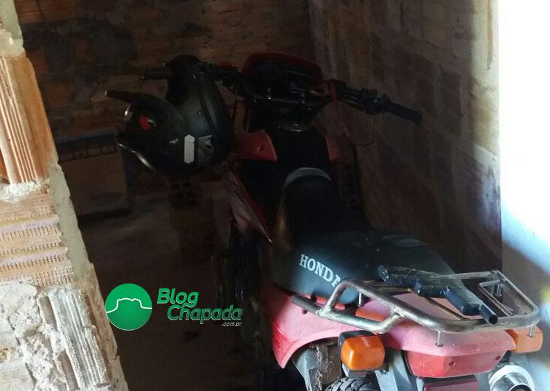 Polícia apreende simulacro de arma de fogo e recupera moto roubada em Barra da Estiva