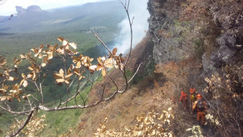 Chapada Diamantina: Corpo de Bombeiros atua em combate a Incêndio florestal em Lençóis