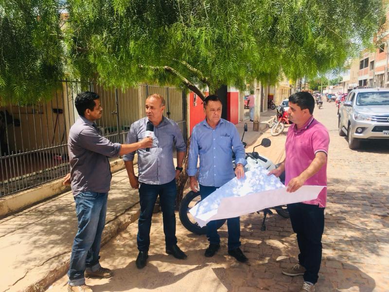 Reportagem: Entrevista com o prefeito e representante da Queiroz Pimentel, que realizará pavimentação asfáltica em Barra da Estiva