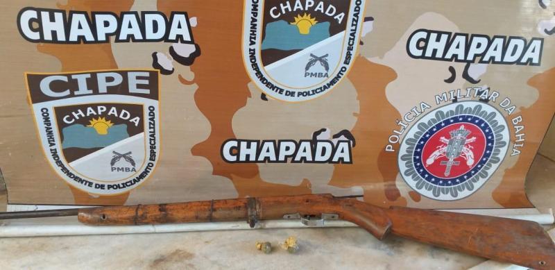 CIPE Chapada apreende arma de fogo e drogas em Itaetê