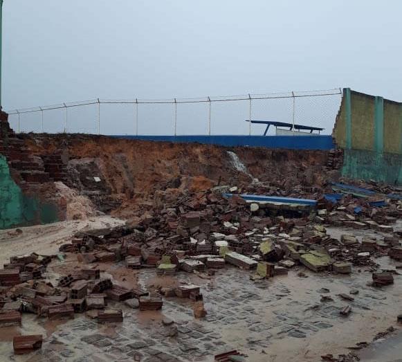 Feito na gestão passada e sem obedecer normas técnicas, muro do campo de Barra da Estiva desaba e quase provoca acidente