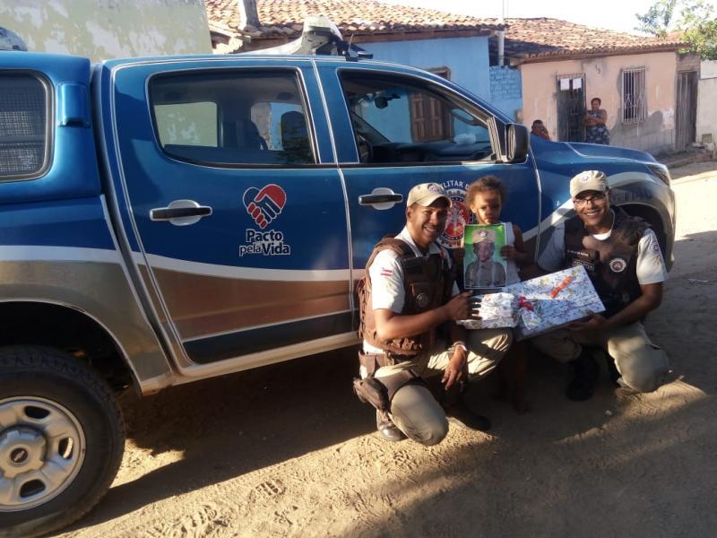 Chapada: Peritos e PMs fazem surpresa para criança em Itaberaba