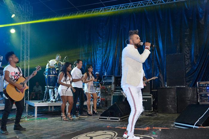 Uma multidão lotou Ibicoara para o Show da Virada com Silvanno Salles; veja o vídeo