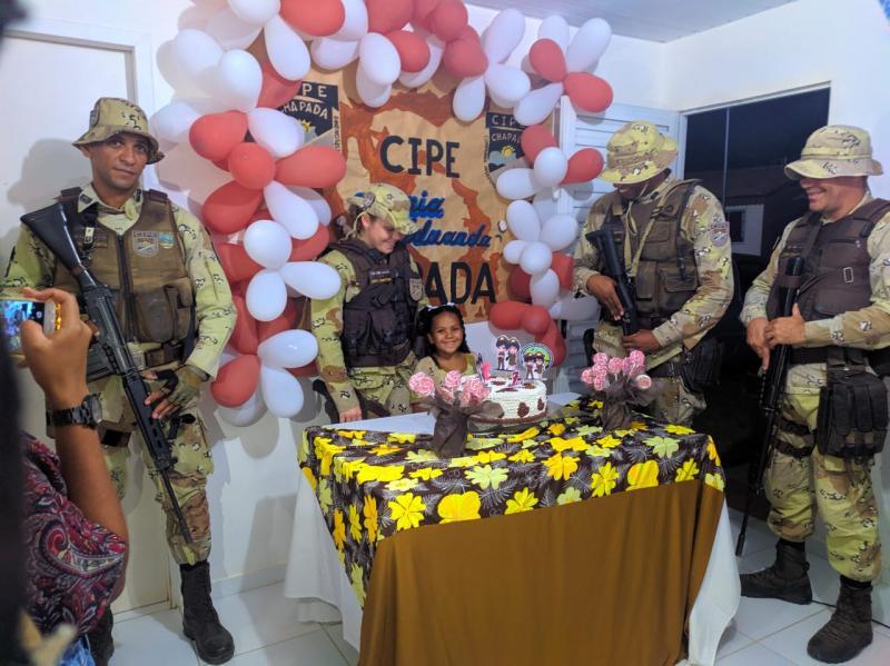 Cipe Chapada faz surpresa em aniversário de menina de 7 anos