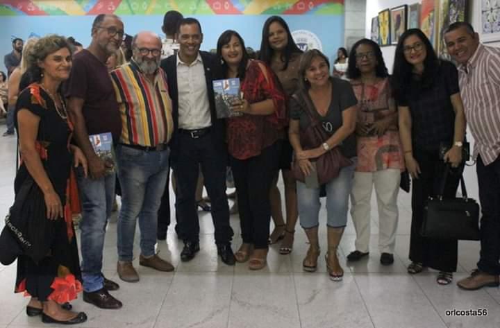 Escritora e gestora da biblioteca de Itaetê é homenageada em prêmio na Câmara de Salvador