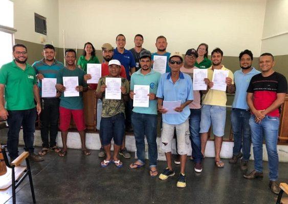 Itaetê: Beneficiados com o projeto de criação de peixes assinam contrato com a Desenbahia