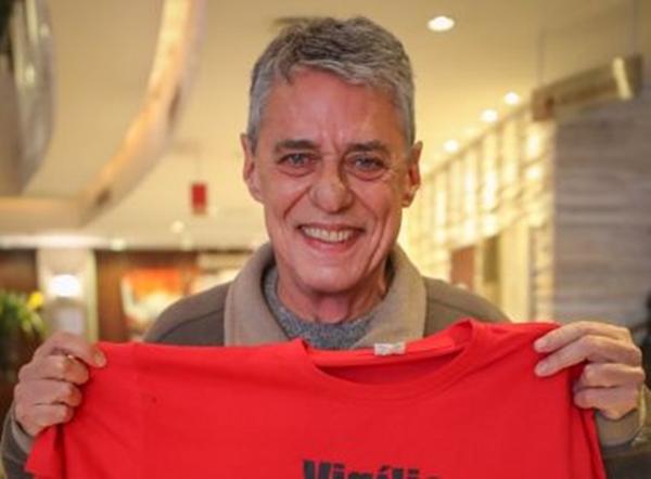 'Até 31 de dezembro de 2026, eu assino', diz Bolsonaro sobre Prêmio Camões de Chico